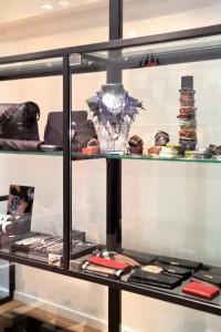 Vitrine de magasin en profil acier et remplissage en verre trempé 8mm. Finition acier brut teintée cirée. Aix en Provence