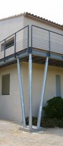 Fabrication et pose d'une passerelle métallique. Projet d'architecte avec un subtil mélange d'acier galvanisé, d'acier thermolaqué, de câble inox et bois. Aiguilles