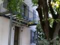Conception, fabrication et pose d'un balcon. Plancher métallique en profil U et I. Garde-corps en acier thermolaqué composé de fer plat, de rondin et d'anneaux. Les Accates 11éme