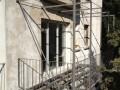Fabrication spectaculaire d'un balcon suspendu au 3 éme étage. Plancher en acier, garde-corps en fer plat et rondin. L'ensemble maintenu par des tirants en rondin plein. Pour couronner le travail, pose d'une petite pergola. Endoume