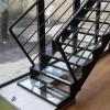Escalier métallique et marches en verre