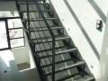 Fabrication d'un escalier acier. Limon en tube acier support de marche en cornier acier et marche en verre antidérapant.