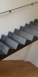Escalier en tôles pliées laminées a chaud sur doubles limons. Finition acier brut teinté cirée. Aix en Provence