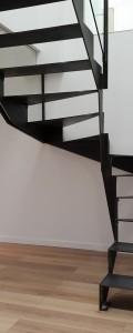 Afin de proposer des ouvrages toujours plus fins, nous avons conçu, un escalier tout acier. Marches et limons en acier ep 10 mm. Finition acier brut teinté-cirée