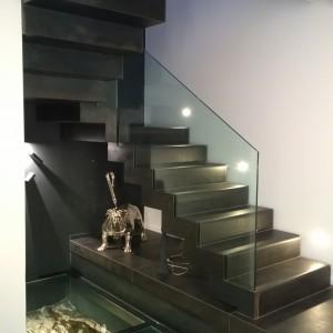 Fabrication et pose d'un escalier acier avec doubles limons a crémaillères ep 10mm et sous face en tôle acier laminées a chaud. Rambarde en verre 10-10-2. Les Lecques