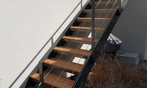Escalier avec marches en bois exotique et garde corps acier + câbles inox. La cadiére d'azur