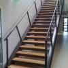 Escalier droit à doubles limons en U et support de marche en cornière et marche en bois massif . Incinérateur Fos sur Mer