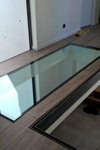 Plancher en corniere acier et remplissage en verre feuilleté 10/10/4 finition acier brut.