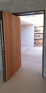 Porte d'entrée en acier thermolaqué. Serrure 3 points avec ouverture a empreinte digital habillage bois.. Le Tholonet