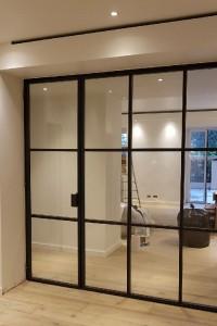 Menuiserie intérieure type atelier. Profils reconstitués afin d'obtenir le plus de transparence. Verre 66/2 extra-blanc. Monaco