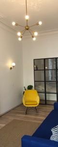 Séparation vitrée en acier. Séparation entre un salon et une cuisine. Porte doubles ventaux au centre de la verrière. Finition en acier brut - texturé. Marseille 7éme